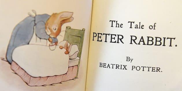 オークションのため公開された「ピーターラビット」の初版本(イギリス・ロンドン)