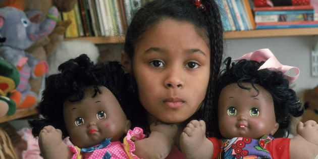 Au Salon des poupées noires, les enfants noirs trouvent des jouets à leur image