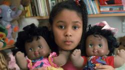Au Salon des poupées noires, les enfants noirs trouvent des jouets à leur