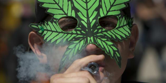 Un usuario de marihuana en México fuma en una protesta para exigir la despenalización de la hierba