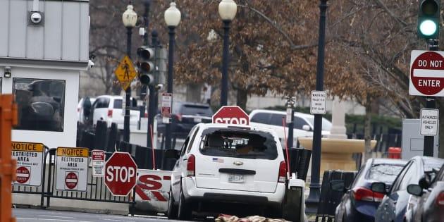 Un véhicule heurte une barrière de sécurité devant la Maison Blanche.