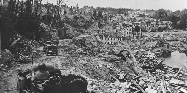Nella foto d'archivio (1945) una colonna di jeep dell'esercito americano in ricognizione a Cassino distrutta dai bombardamenti.  ARCHIVIO - ANSA