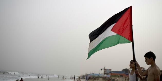 Unos niños ondean la bandera palestina en una playa de Gaza, en una imagen de septiembre de 2015.