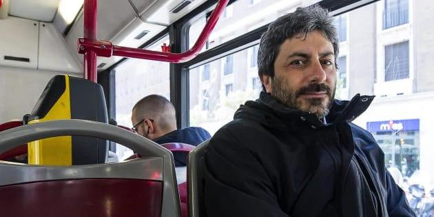 Il neo presidente della Camera del M5s Roberto Fico raggiunge in autobus Montecitorio dopo essere arrivato alla stazione Termini da Napoli, Roma, 26 marzo 2018. ANSA/ANGELO CARCONI