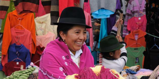 Mujer ecuatoriana vistiendo ropas tradicionales.