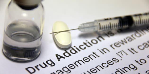 Une seringue et de la drogue, image d'illustration.