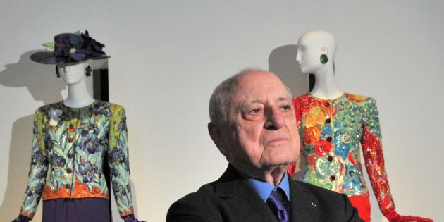 Pierre Berge entre creaciones de Yves Saint Laurent en el Petit Palais de París el 8 de marzo de 2010.