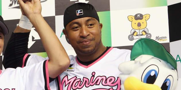 ヒーローインタビューで記念撮影に応じるホセ・カスティーヨ選手=2011年7月、千葉県