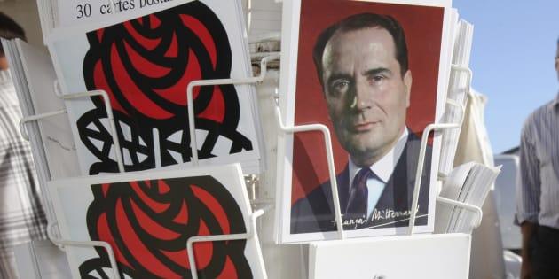 Des cartes postales en vente lors de l'université d'été du parti socialiste à La Rochelle le 28 août 2009. REUTERS/Stephane Mahe