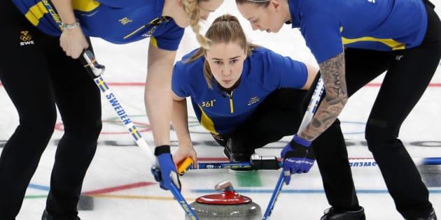 カーリング女子決勝で韓国を下し、優勝したスウェーデンチーム=2月25日