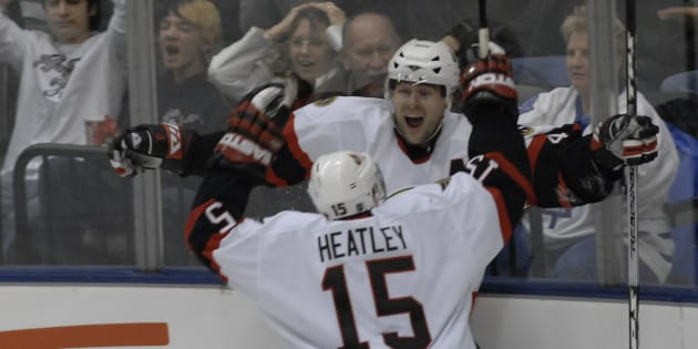 Dany Heatley et Chris Phillips célébrant un but dans l'uniforme des Sénateurs d'Ottawa, le 30 décembre 2006.