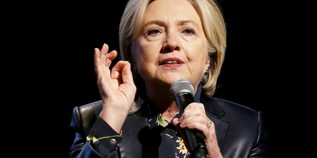 Hillary Clinton, sur scène à l'occasion d'une conférence pour le fonds de promotion du leadership féminin (LA Promise Fund's Girls Build Leadership Summit), organisée l'année dernière à Los Angeles.