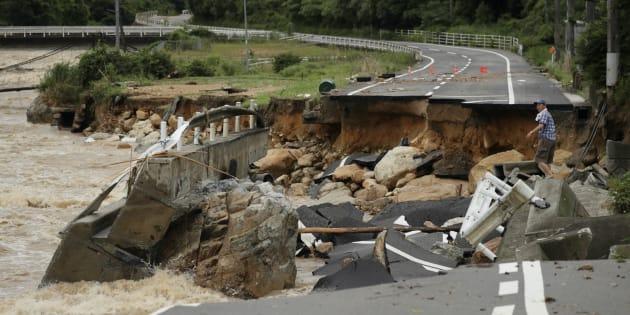 西日本豪雨/濁流に削られた道路(広島県東広島市内)