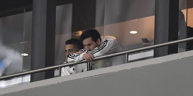 Lionel Messi en tribunes lors d'Espagne-Argentine à Madrid le 27 mars 2018.