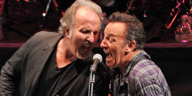 """Bruce Springsteen (à droite) et Joe Grushecky se sont engagés contre Donald Trump dans leur titre  """"That's What Makes Us Great""""."""