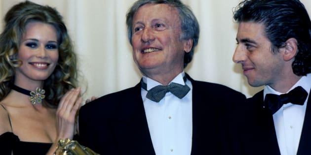 """L'acteur Claude Rich reçoit le César de Meilleur acteur pour le film """"Le Souper"""", un film historique où il est Talleyrand, réalisé par Edouard Molinaro, le 8 mars 1993 durant la 18ème Nuit des César. Il est photographié en compagnie de la mannequin Claudia Schiffer et de l'acteur et chanteur Patrick Bruel."""