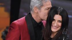 Laura torna a Sanremo, si commuove, canta tra la gente e merita standing