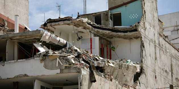 Un edificio gravemente dañado al lado del espacio dejado por un edificio que colapsó, matando a muchas personas, durante el terremoto del 19 de septiembre de 2017 en la Ciudad de México