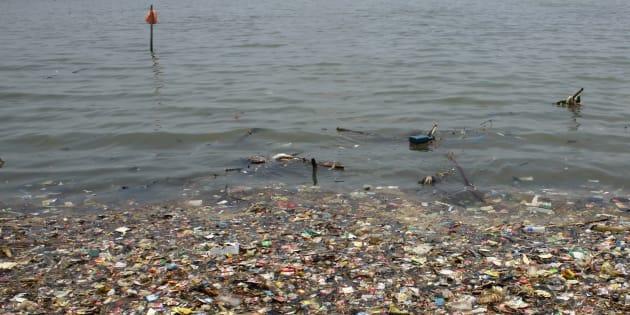 Des déchets plastiques près d'une côte de Jakarta, en mars 2018 (photo d'illustration).