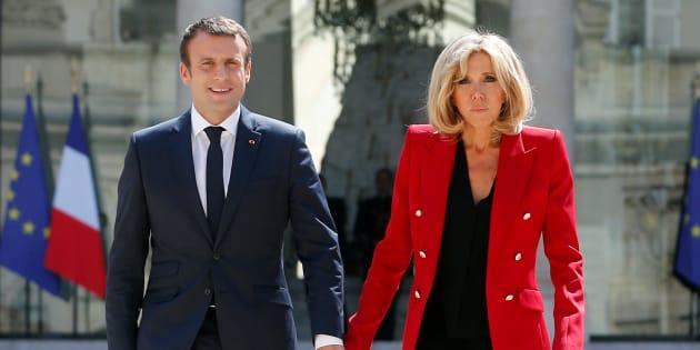 Emmanuel Macron et Brigitte Macron le 6 juillet 2017 dans la cour de l'Élysée.