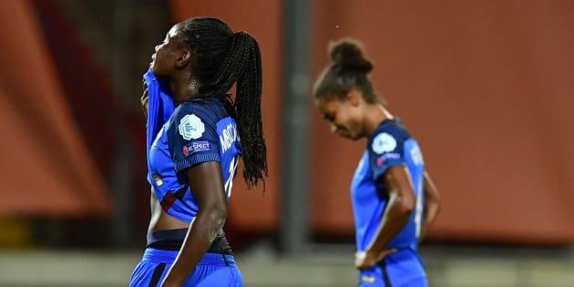 Les Françaises Griedge Mbock Bathy et Laura Georges après leur défaite contre l'Angleterre à l'Euro-2017, le 30 juillet à Deventer.
