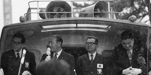 雨が降る青森市内で選挙カーから有権者に訴える田中角栄首相(左から2人目)(青森市内) 撮影日:1972年11月22日