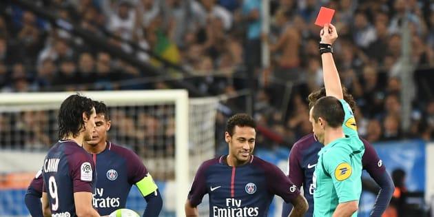 Neymar recevant un carton rouge face à l'OM le 22 octobre 2017.