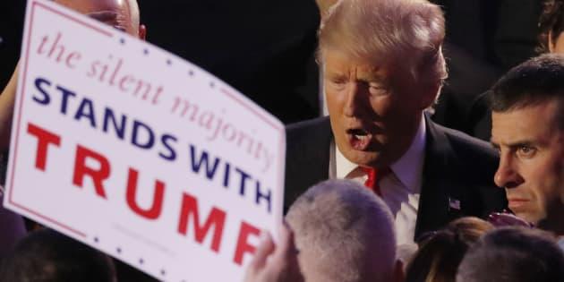 Le nouveau Président des Etats-Unis Donald Trump salue ses supporters à son QG de Manhattan la nuit de l'élection, le 9 novembre 2016 à New York.