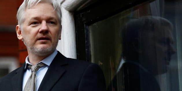 Le fondateur de WikiLeaks Julian Assange donne un discours depuis le balcon de l'ambassade équatorienne à Londres, le 5 février 2016.