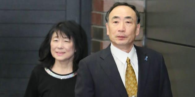 保釈され、記者会見に臨む森友学園前理事長の籠池泰典被告(右)と妻の諄子被告=5月25日、大阪市北区