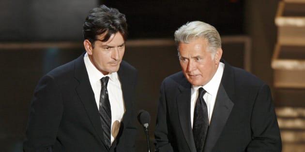 Charlie Sheen et son père Martin Sheen lors des Emmy Awards 2006.