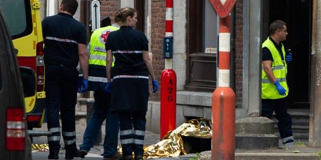 La policía custodia uno de los cuerpos, en las calles de Lieja.
