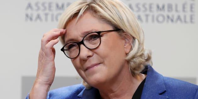 Utilisatrice assidue du réseau social, Marine Le Pen ne pense pas que du bien de Twitter.