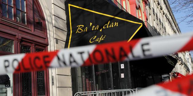 La police française bloque l'accès à la salle de concert du Bataclan avant la visite des membres d'un comité parlementaire français enquêtant sur les mesures gouvernementales de lutte contre les attentats, quatre mois après une série d'attaques à Paris le 17 mars 2016.