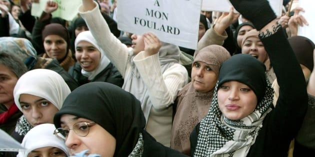 Une manifestation de femmes musulmanes à Bruxelles, en janvier 2004, contre l'interdiction du foulard dans les écoles en France et en Belgique