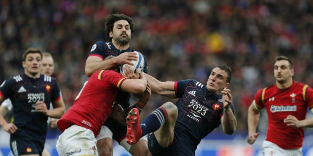 Les Français Remi Lamerat et Louis Picamoles en action contre le Pays de Galles. REUTERS/Benoit Tessier