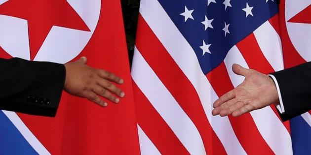 Donald Trump y Kim Jong Un, a punto de darse la mano en su insólito encuentro del pasado 12 de junio en Singapur.