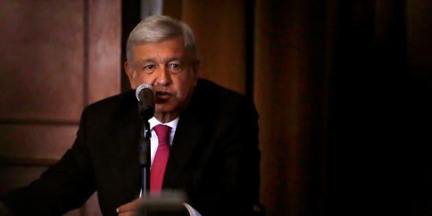 El presidente electo de México, Andrés Manuel López Obrador, habla durante una conferencia de prensa luego de una reunión con los nuevos miembros del Senado y los legisladores de su Partido.