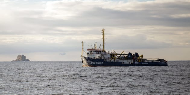 Migranti: barcone con 100 persone in avaria al largo della L