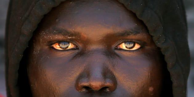 Un inmigrante subsahariano, en el puerto de Tarifa tras ser rescatado en el Estrecho, el pasado 14 de julio.