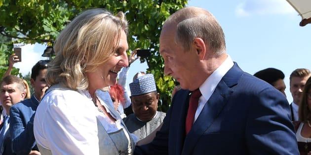 Vladimir Poutine dansant avec Karin Kneissl à son mariage en Autriche