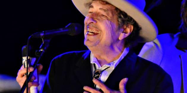 Bob Dylan interpreta un tema durante el segundo día del Festival de la Cebada en Paddock Wood, Kent (Inglaterra) el 30 de junio de 2012.