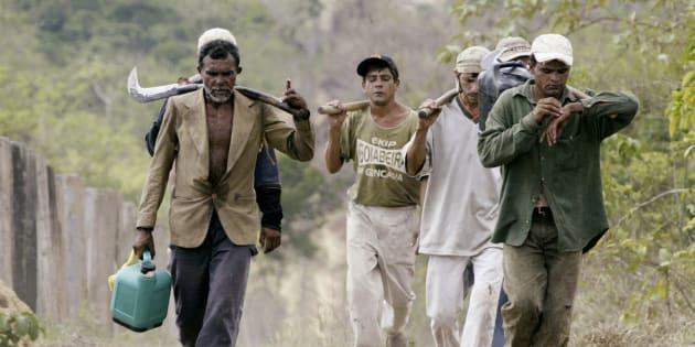 Imagem de 2003 mostra trabalhadores submetidos a condições análogas a trabalho escravo na fazenda Bom Jesus, na Amazônia.