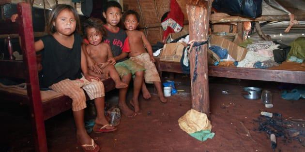 Crianças na Reserva Indígena de Dourados em 2005.