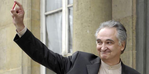 Jacques Attali, sur le perron de l'Elysée, le jour où il a rendu son rapport à Nicolas Sarkozy, sur la libéralisation de l'économie française. Il brandit la clé USB renfermant ses 300 propositions.