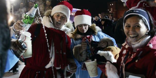 酒を飲みながら新年を祝うロシア人ら=2008年1月1日、モスクワ・赤の広場