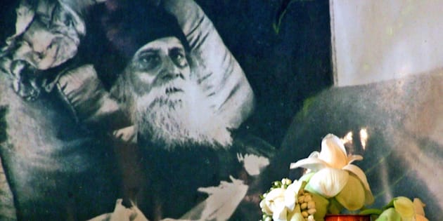 Indian students decorate the front of a photograph of Indian poet Rabindranath Tagore with flowers during celebrations of his 145th birth anniversary in Kolkata May 9, 2006.