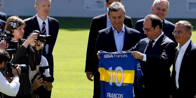 """François Hollande à """"La Bombonera"""", stade du club argentin Boca Juniors, en février."""
