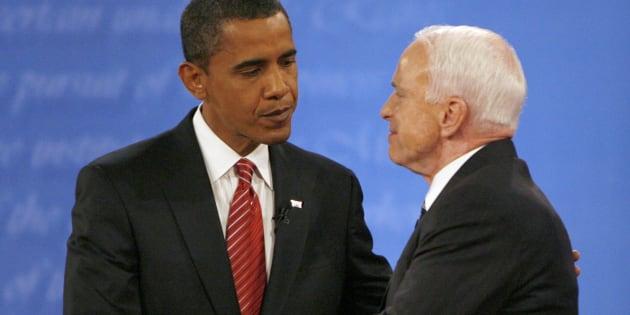 Le démocrate Barack Obama serre la main du républicain John McCain à l'issue du débat présidentiel du 15 octobre 2008.