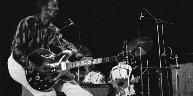 """En concert à Vienne le 10 juillet 1981, Chuck Berry fait son célèbre pas de danse, le """"duckwalk"""", la marche du canard."""